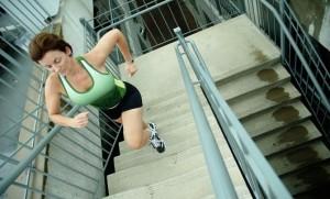 Ходьба по лестнице сжигает калории лучше фитнеса - фото