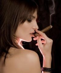 Кожа курящих требует особенного ухода летом - фото