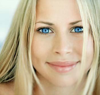 Новый тренд - цветные импланты для глаз - фото