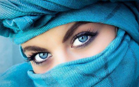 Жительницам Арабских Эмиратов запретили краситься за рулем - фото